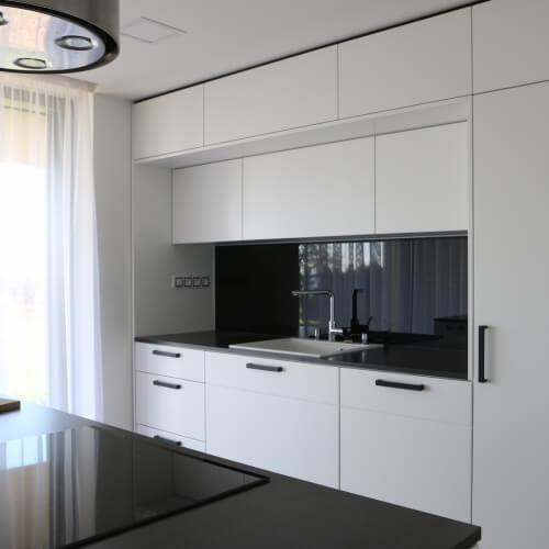 Sněhobílá kuchyně s černými akcenty