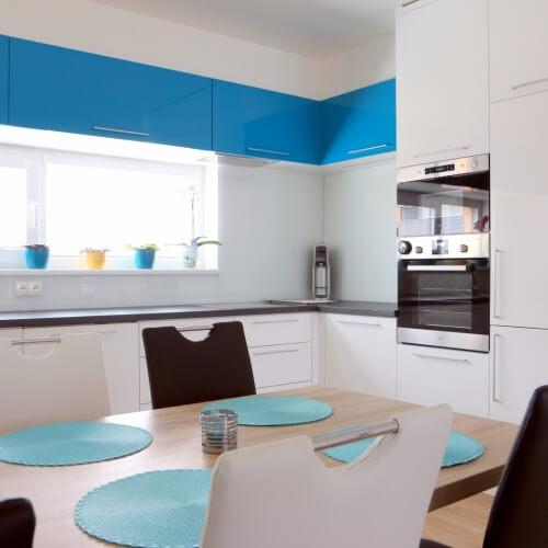 Lakovaná kuchyň s tyrkysovými akcenty