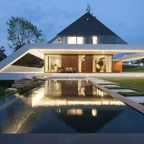 Rodinný dům kombinující prvky moderní a tradiční architektury