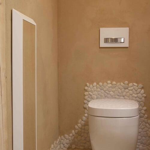Bělostná kuchyň a koupelna v domě ze slámy