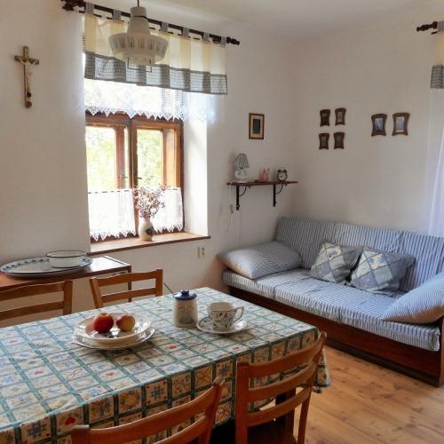 Obytná kuchyně na chalupě ve venkovském stylu