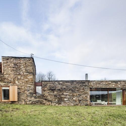 Staré kamenné vinařství proměnili v moderní domov