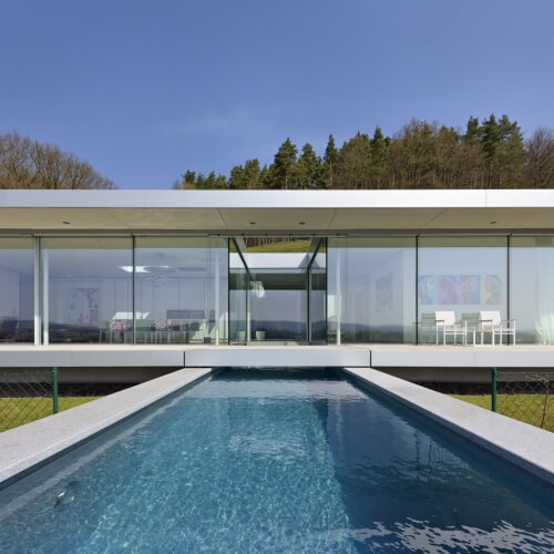 Jednoduchá rezidence ze skla, oceli a betonu